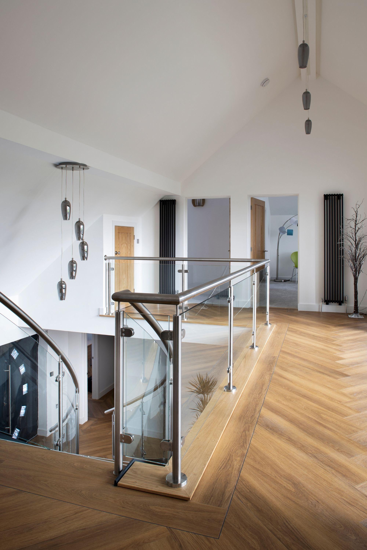 Glass landing balustrade