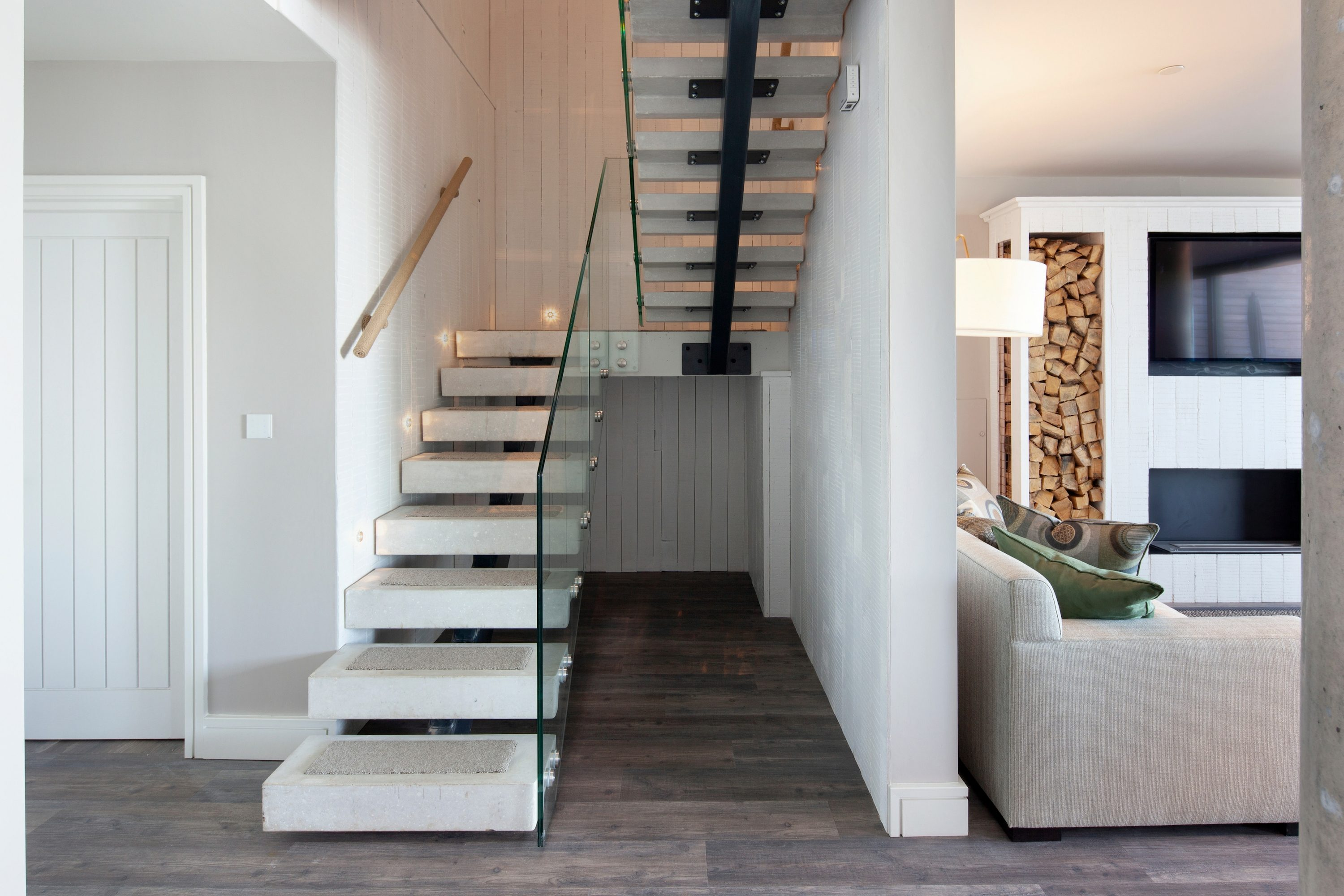 Straight spine beam staircase