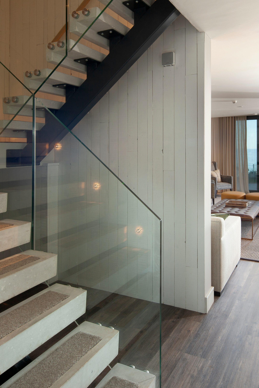 Straight spine beam stair